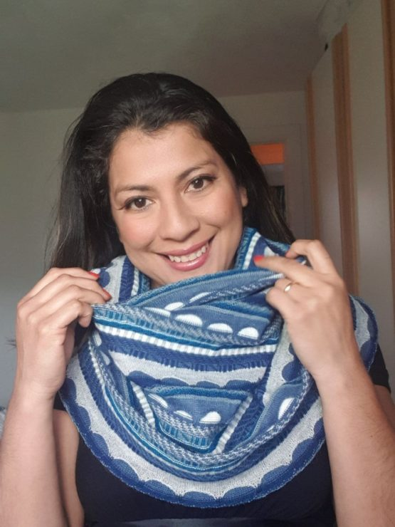 Traditional Expanding Cowl Blue & white